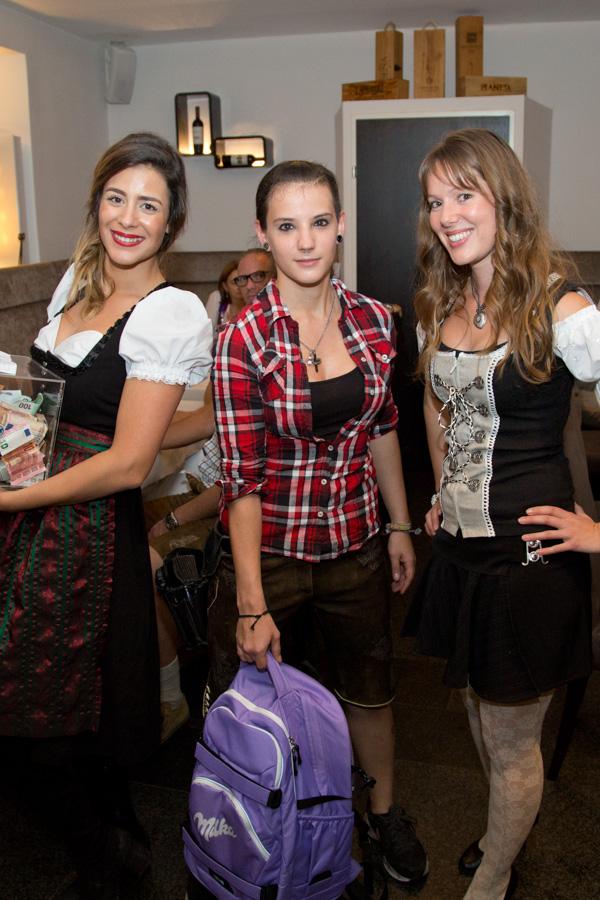 3 Damen im Dirndl mit Milka Rucksack